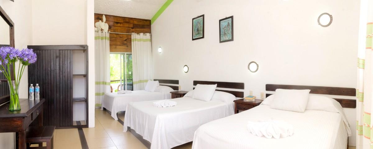 Habitación con 3 camas matrimoniales y una individual con Aire Acondicionado-2