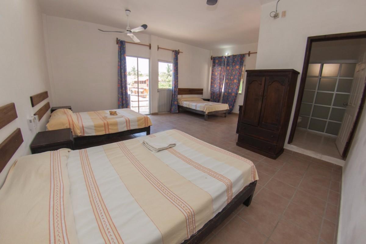Habitación con aire acondicionado y 3 camas matrimoniales -0